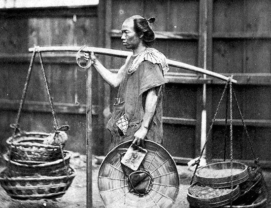 Photo of a pedler of late Edo period to early Meiji period.  Shijimis were sold among streets by pedlers.